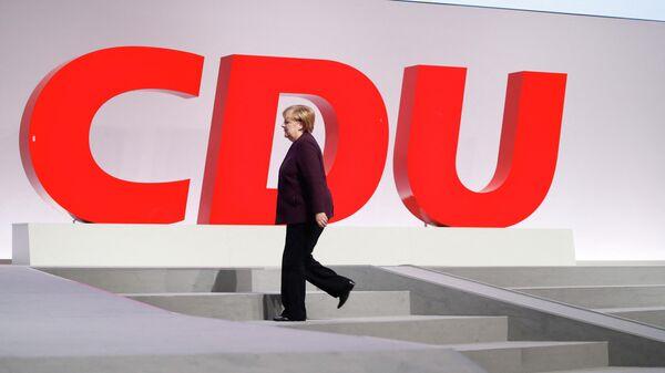 Канцлер Германии Ангела Меркель выходит на сцену во время ежегодного съезда партии в Лейпциге