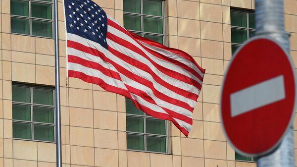 Государственный флаг США у здания американского посольства в Москве