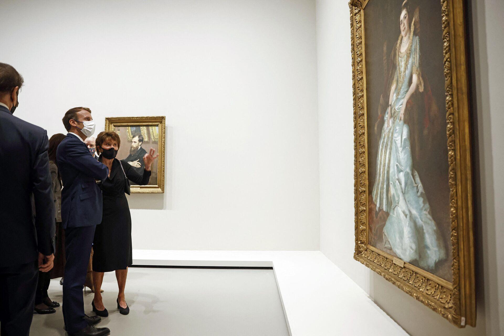 Президент Франции Эммануэль Макрон на открытии выставки Коллекция Морозова, иконы современного искусства в фонде Louis Vuitton в Париже - РИА Новости, 1920, 11.10.2021