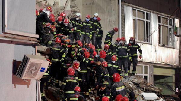 Поисковые работы и разбор завалов на месте обрушения одного из подъездов пятиэтажного дома на улице 26 мая в Батуми