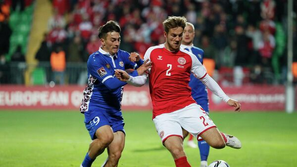 Защитник сборной Дании Йоаким Андерсен (справа)