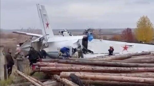 Am harten Landeplatz des Flugzeugs L-410 in Menzelinsk.  Frame aus Video