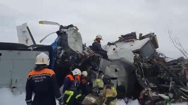 Спасатели работают на месте крушения легкомоторного самолета L-410 в нескольких километрах от Мензелинска в Татарстане (скриншот видео)