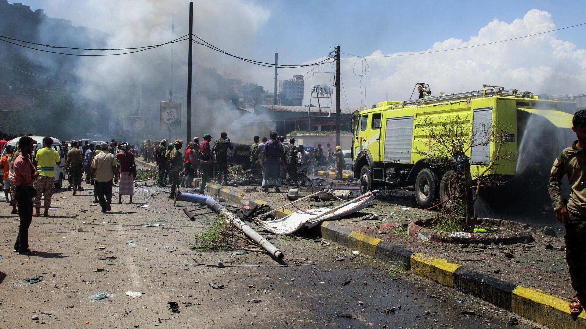 На месте взрыва заминированного автомобиля в городе Аден, Йемен - РИА Новости, 1920, 10.10.2021