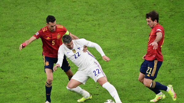 Футболисты сборных Испании и Франции в финальном матче Лиги Наций.
