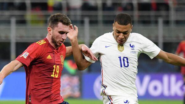 Нападающий сборной Франции Килиан Мбаппе (справа) и защитник сборной Испании Эмерик Ляпорт