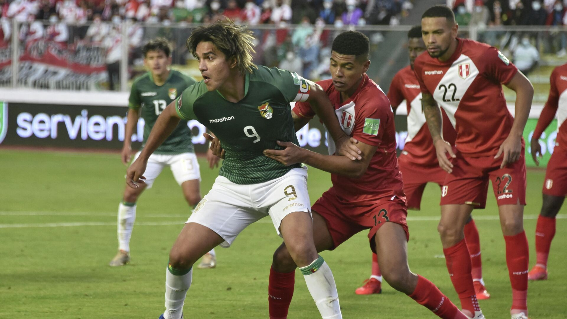 Bolivia's Marcelo Martins (L) and Peru's Wilder Cartagena (C) vie for the ball during their South American qualification football match for the FIFA World Cup Qatar 2022 at the Hernando Siles stadium in La Paz, on October 10, 2021. (Photo by AIZAR RALDES / POOL / AFP) - РИА Новости, 1920, 11.10.2021