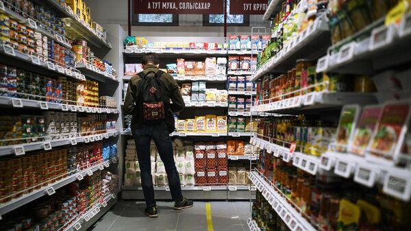 Молодой человек в магазине