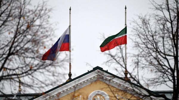 Приспущенные государственные флаги России и Татарстана на здании в Казанском кремле