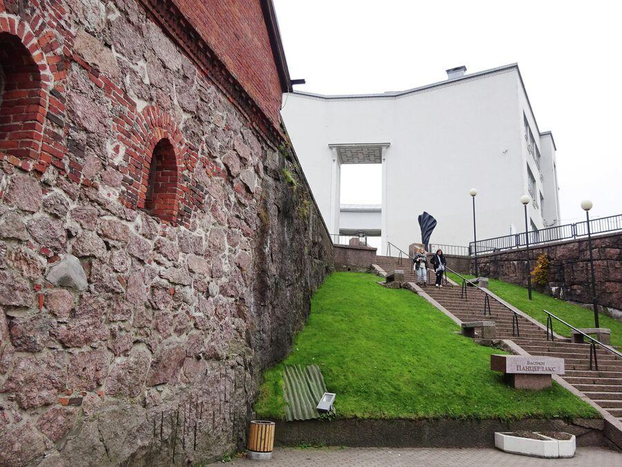 Бастион Панцерлакс и здание выборгского Эрмитажа