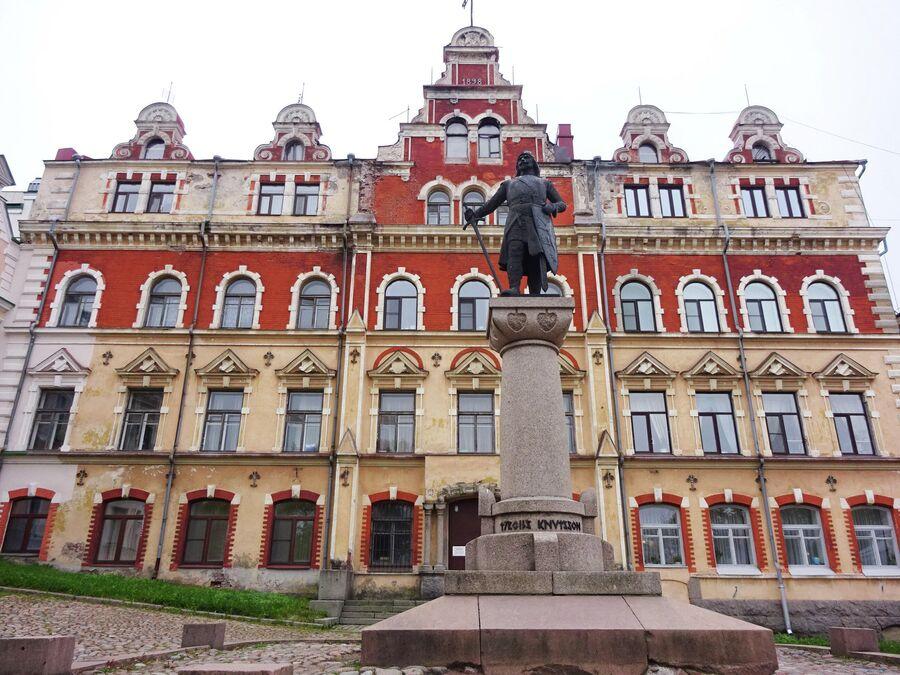 Старая ратуша и памятнимк основателю Выборга Торгильсу Кнутссону