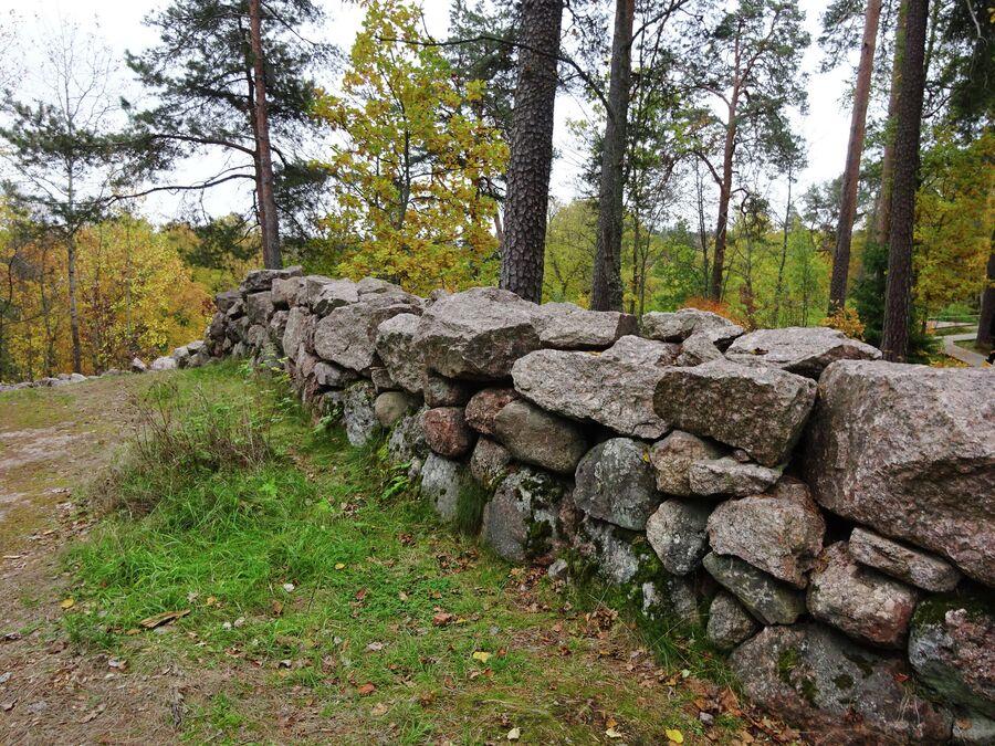 Валунная ограда более 2 км в длину, построена в 1806 г.