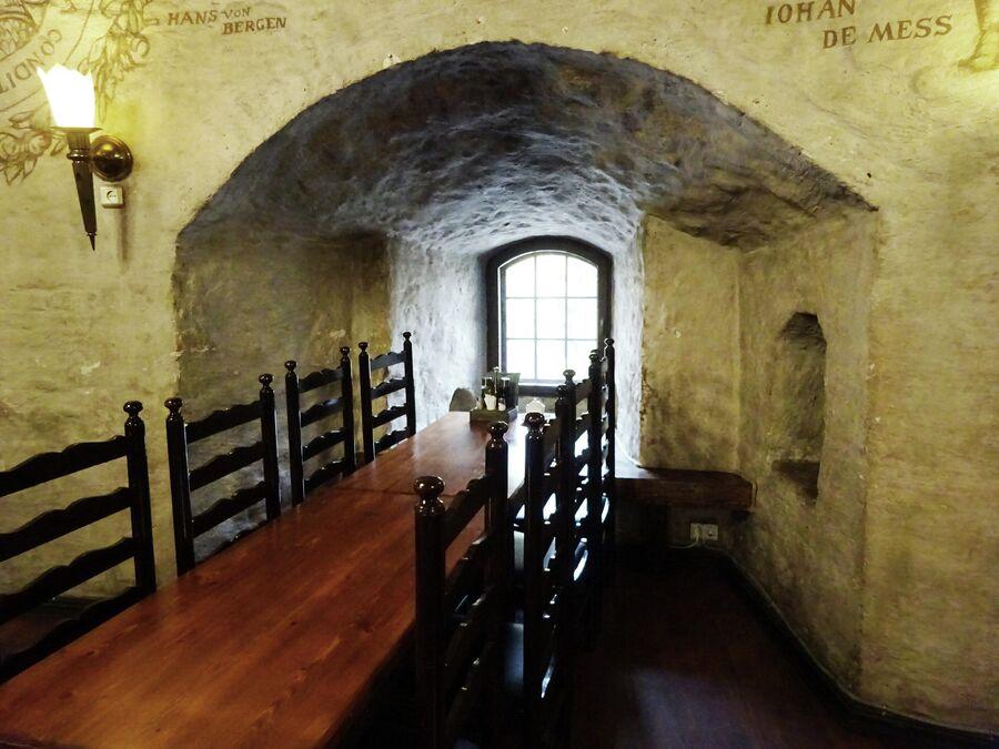 Ресторан в Круглой башнею Толщина стен достигает 4,5 метров