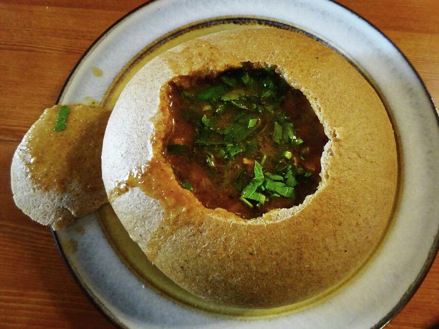 Ресторан в Круглой башне, похлёбка из оленины в хлебе