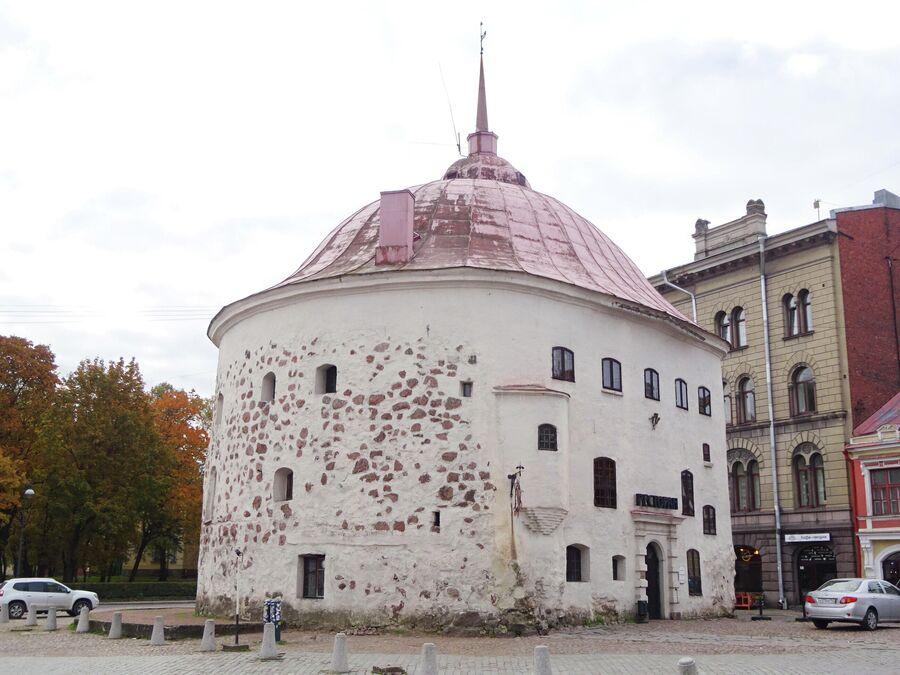 Круглая башня построена в 16 веке.