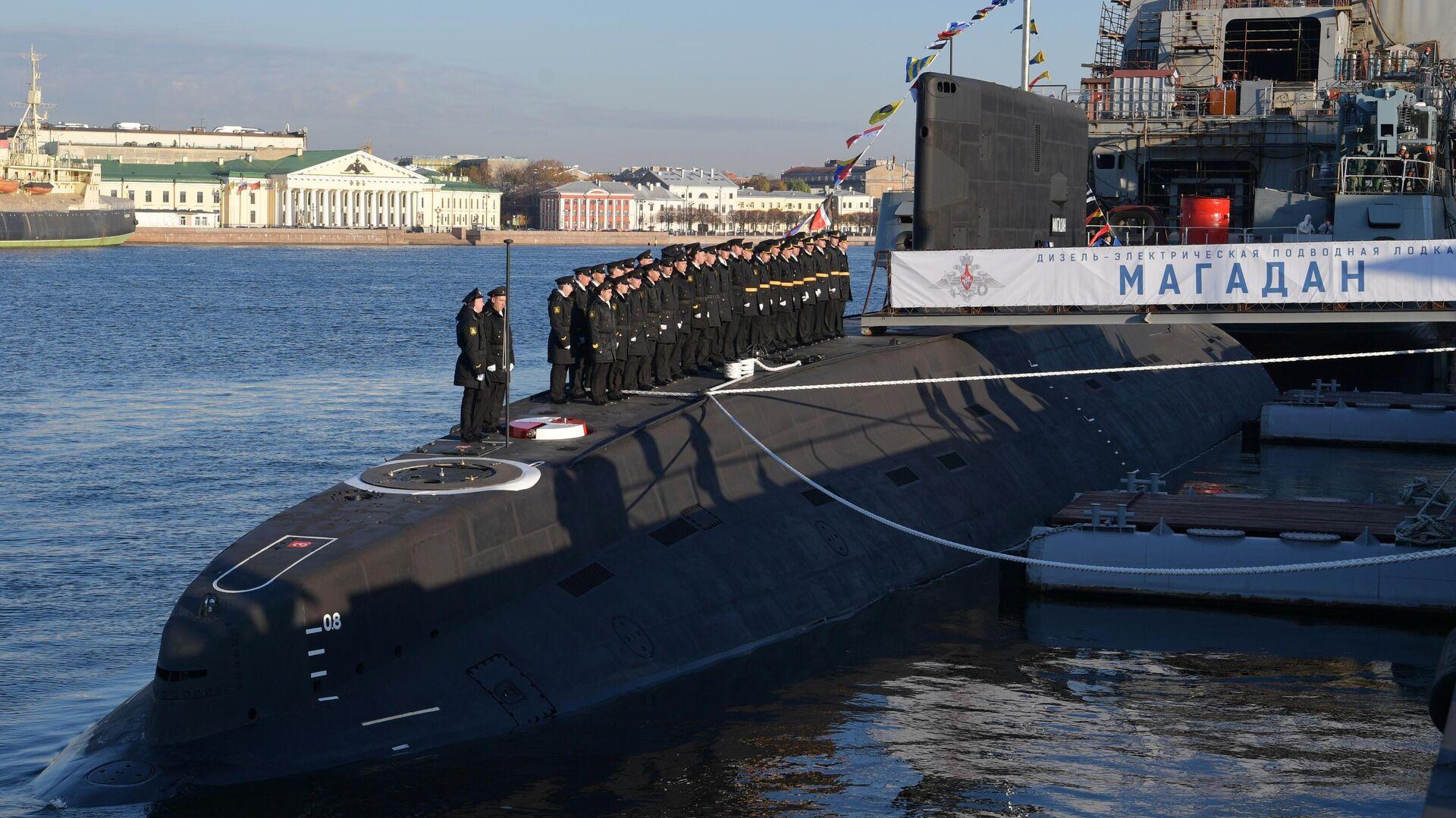 Торжественная церемония подъема Андреевского флага на дизель-электрической подводной лодке проекта 636.3 Магадан - РИА Новости, 1920, 12.10.2021