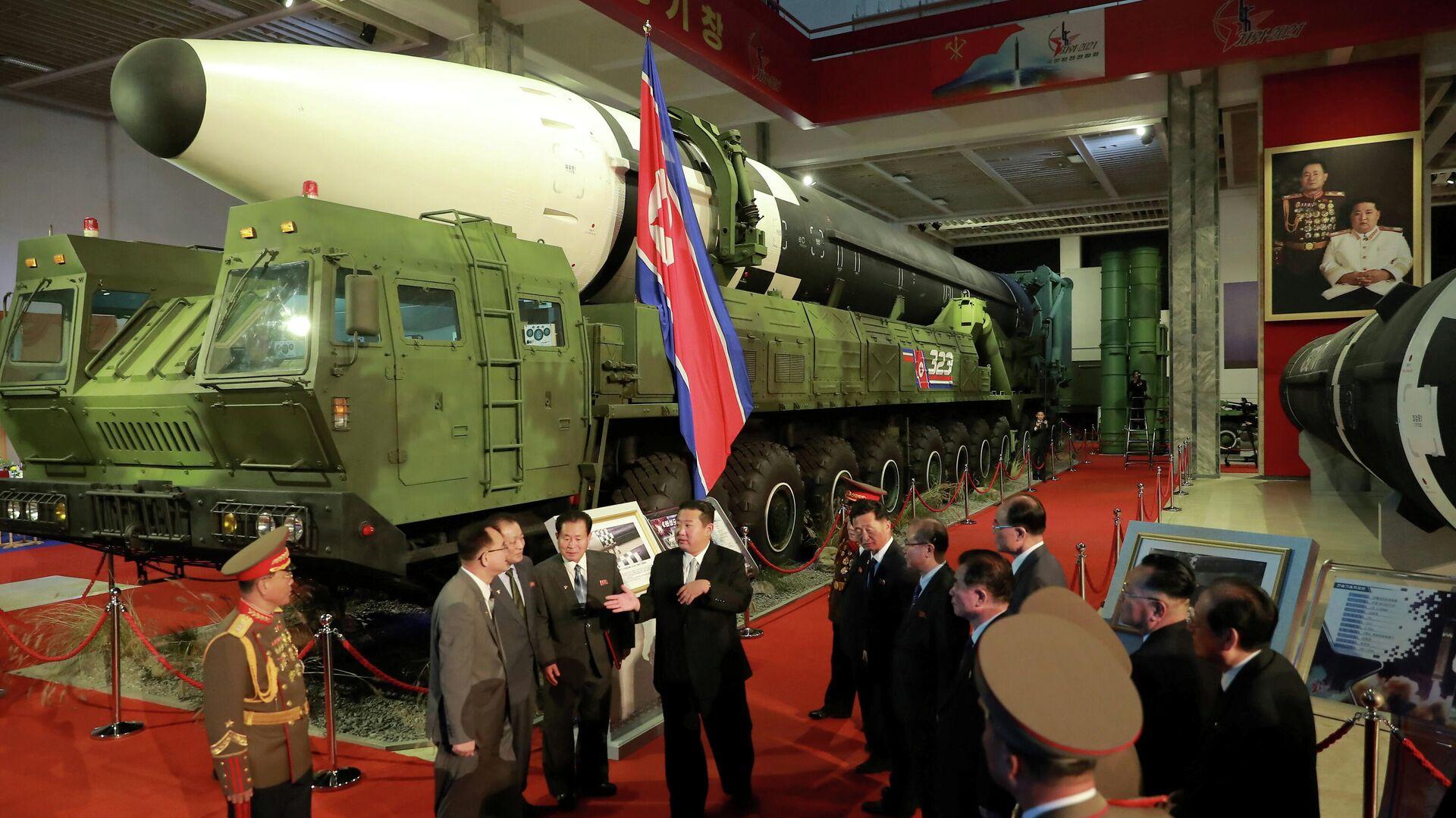 Лидер КНДР Ким Чен Ын на оборонной выставке в Пхеньяне - РИА Новости, 1920, 13.10.2021
