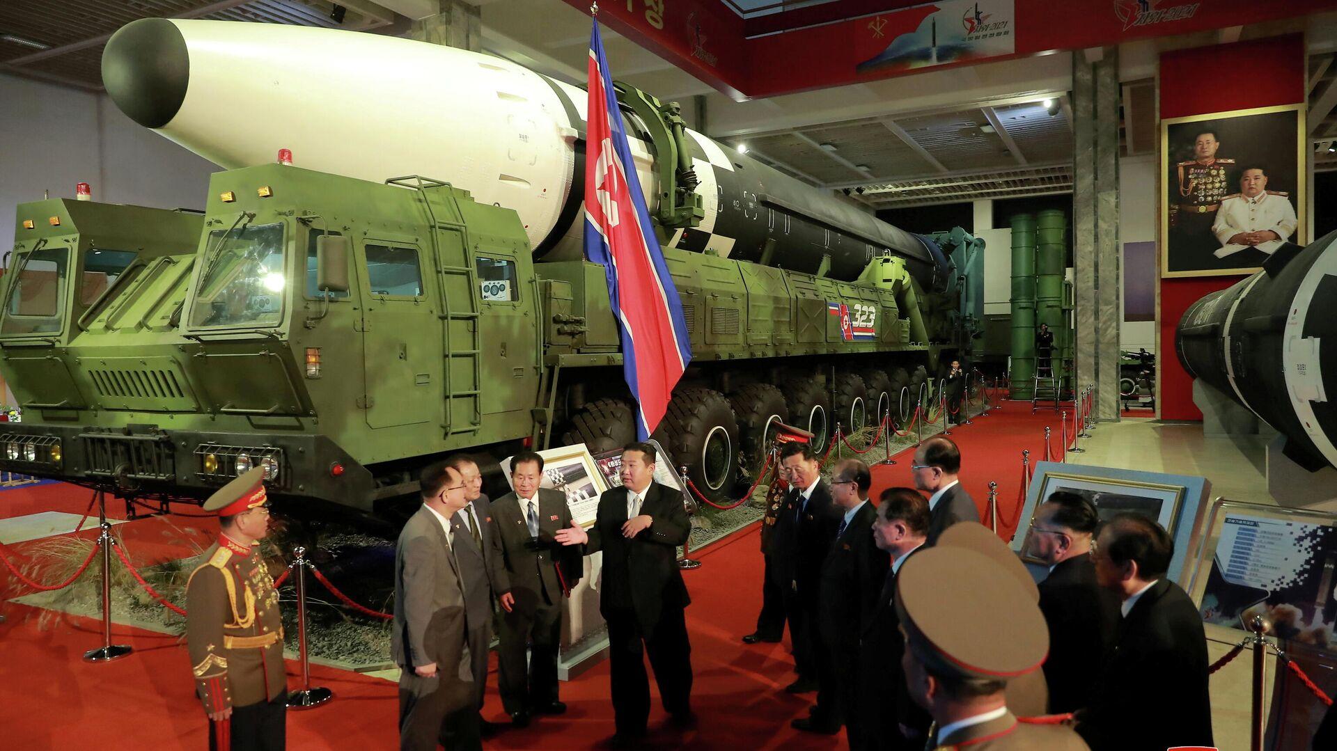 Лидер КНДР Ким Чен Ын на оборонной выставке в Пхеньяне - РИА Новости, 1920, 12.10.2021