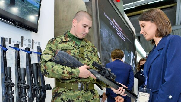 Сербский военнослужащий у стенда компании Швабе на международной выставке вооружения и военной техники PARTNER-2021 в Белграде