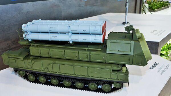 Макеты зенитно-ракетного комплекса Викинг и многофункционального самолета-амфибии Бе-200 на стенде АО Рособооронэкспорт на международной выставке вооружения и военной техники PARTNER-2021 в Белграде
