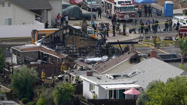 Место падения легкомоторного самолета на жилые дома в городе Санти, штат Калифорния