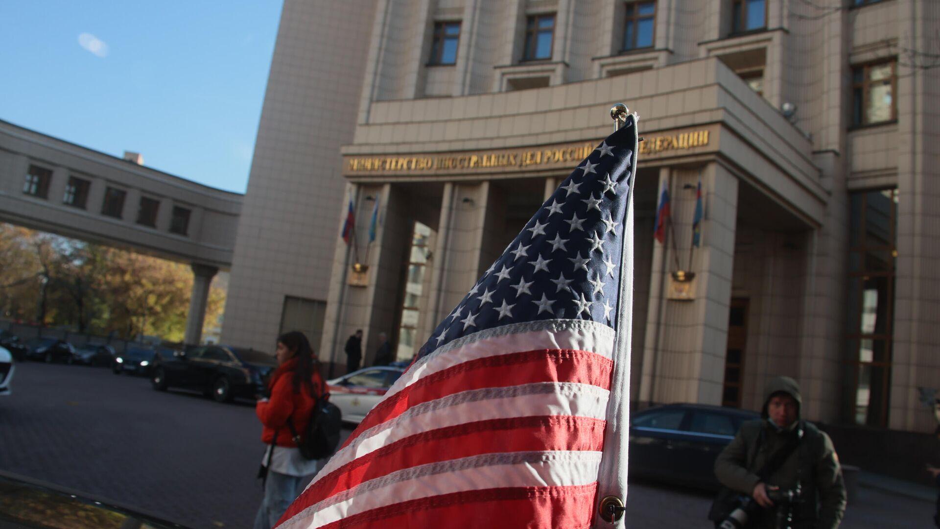 Флаг на автомобиле помощника госсекретаря США Виктории Нуланд у здания МИД РФ - РИА Новости, 1920, 12.10.2021