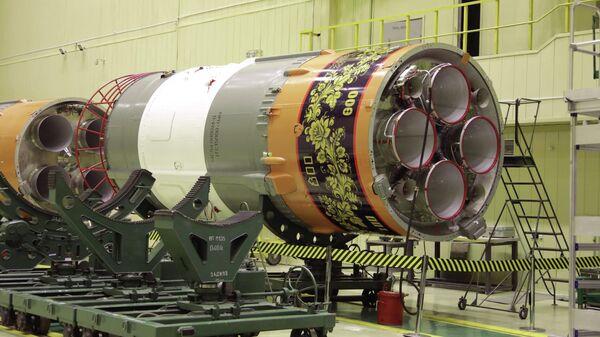 Ракета-носитель Союз-2.1б с нанесенной символикой празднования 800-летия Нижнего Новгорода на космодроме Байконур