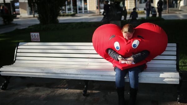 Девушка-промоутер отдыхает на лавочке на набережной Ялты