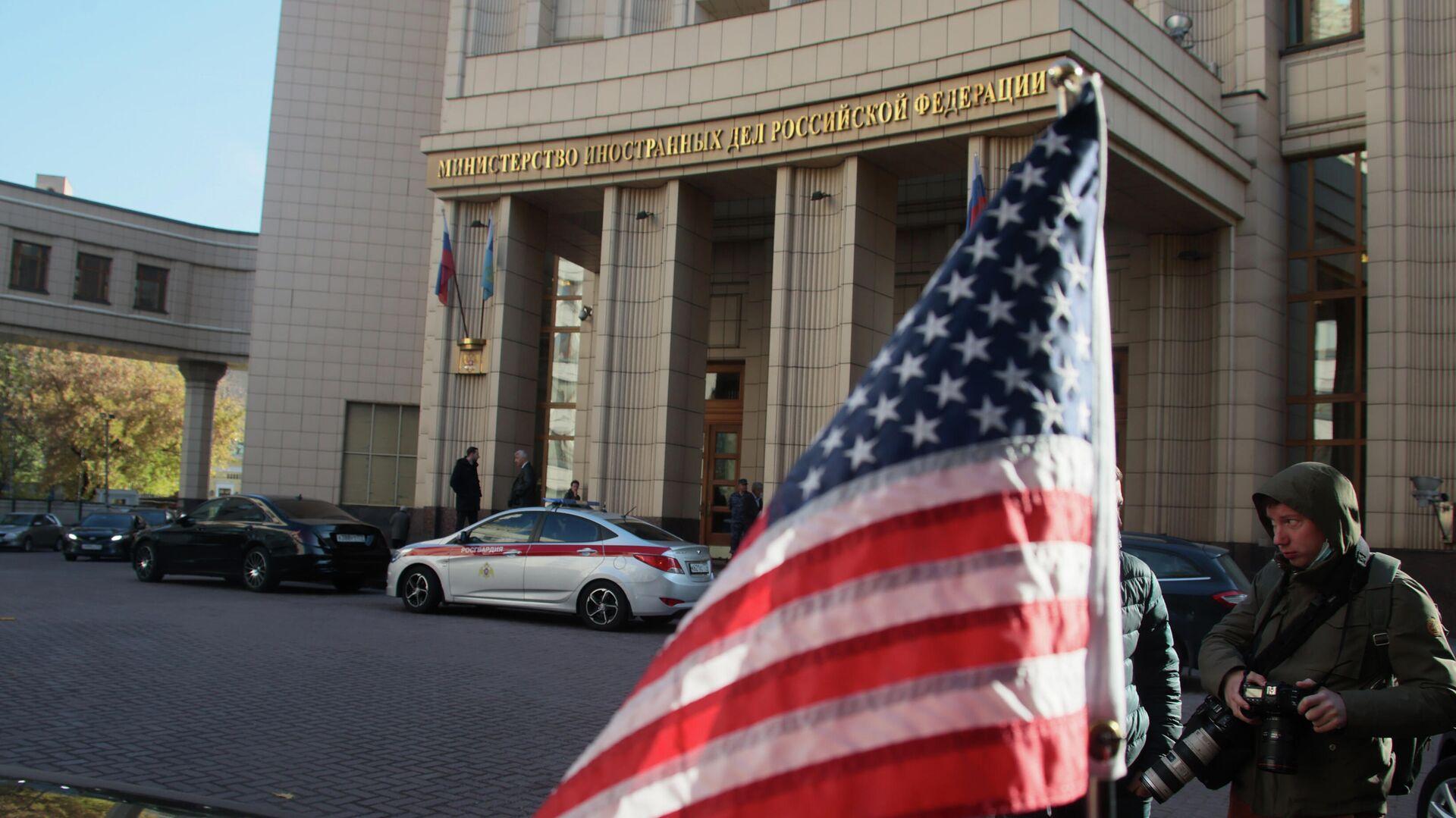 Флаг на автомобиле помощника госсекретаря США Виктории Нуланд у здания МИД РФ - РИА Новости, 1920, 13.10.2021
