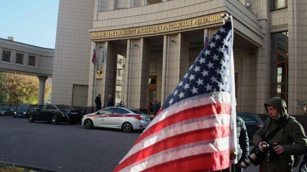 Флаг на автомобиле помощника госсекретаря США Виктории Нуланд у здания МИД РФ