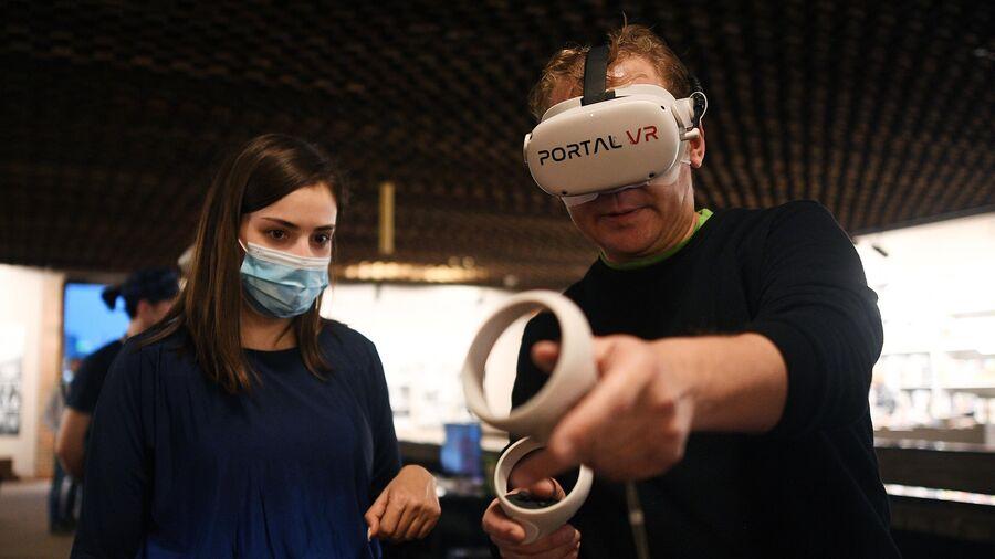 Мужчина в очках виртуальной реальности на премьере проекта VR-расследование: Преступления главных нацистов Рейха против человечества в МХАТ им. М. Горького в Москве