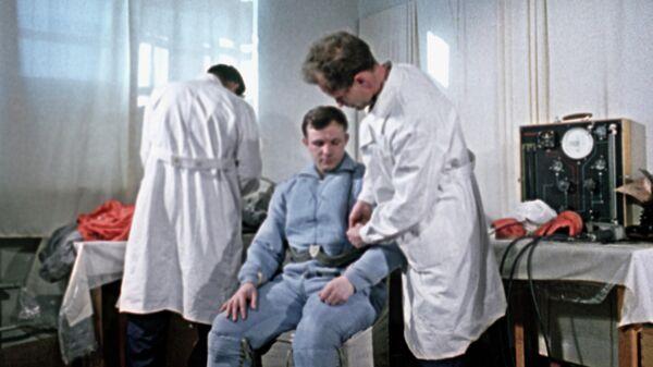 Космонавт Юрий Гагарин проходит медицинский осмотр перед полетом в космос