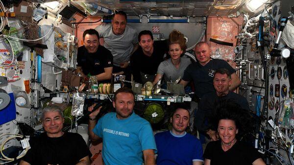 Экипаж МКС во время совместного ужина в американском модуле