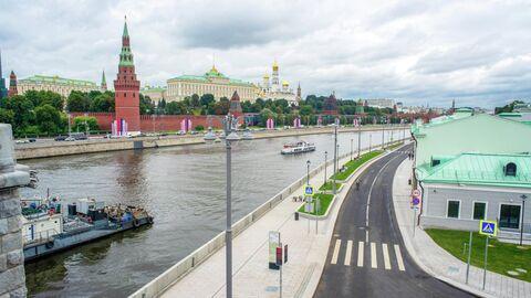 На Софийской набережной обустроили газоны и установили навигационные стелы