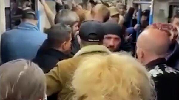 Кадры конфликта между пассажирами в московском метро
