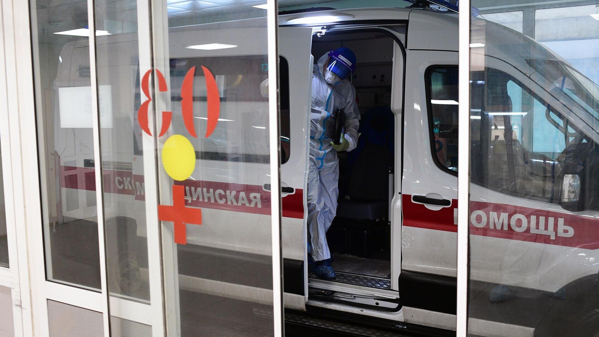 Автомобиль у приемного отделения госпиталя COVID-19 городской клинической больницы № 15 имени О. М. Филатова в Москве - РИА Новости, 1920, 13.10.2021