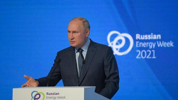 Президент РФ Владимир Путин на пленарном заседании международного форума Российская энергетическая неделя