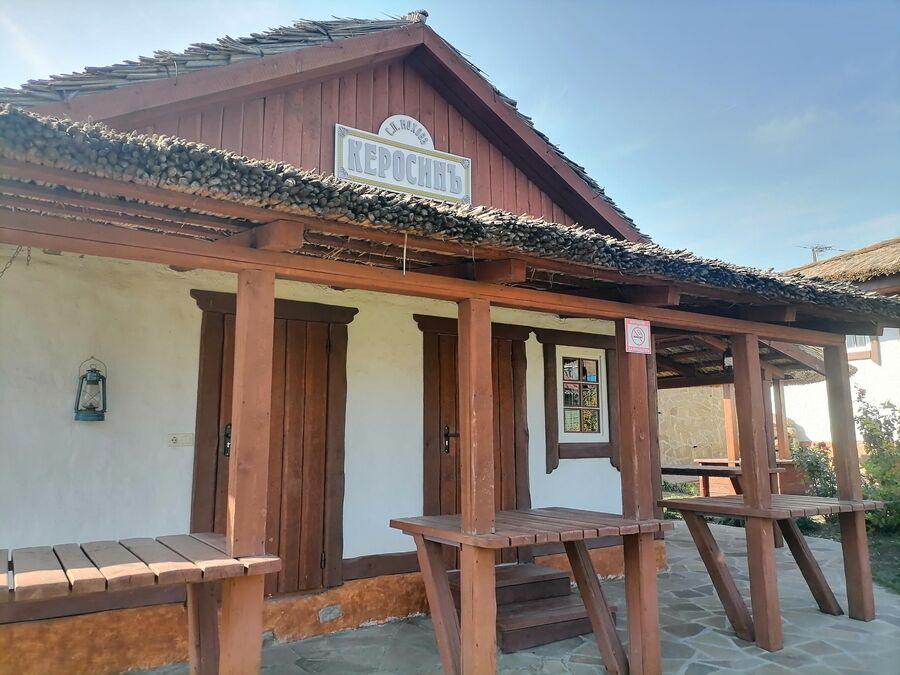 Дом с надписью Керосин на хуторе Старозолотовский.