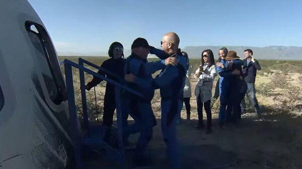 Член экипажа миссии New Shepard NS-18 актер Уильям Шетнер и основатель Blue Origin Джефф Безос после полета суборбитального корабля New Shepard
