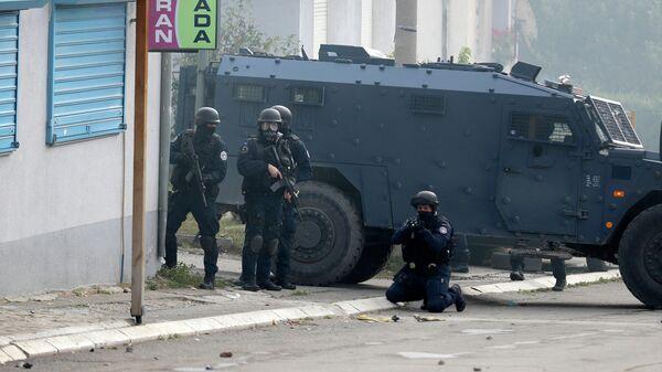 Сотрудники косовской полиции на улице Косовска-Митровицы. 13 октября 2021