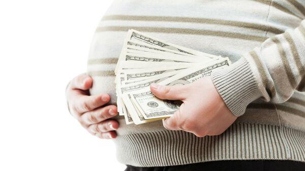 Беременная женщина с пачкой денег