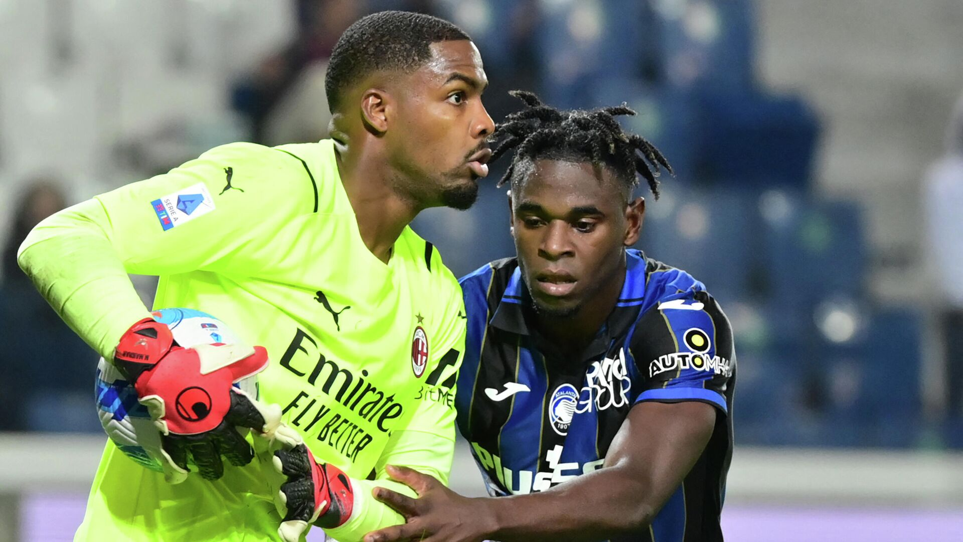 AC Milan's French goalkeeper Mike Maignan holds the ball back from Atalanta's Colombian forward Duvan Zapata during their Italian Serie A football match Atalanta Bergamo versus AC Milan at the Gewiss Stadium (Stadio di Bergamo) in the northern city of Bergamo on October 3, 2021. (Photo by MIGUEL MEDINA / AFP) - РИА Новости, 1920, 13.10.2021