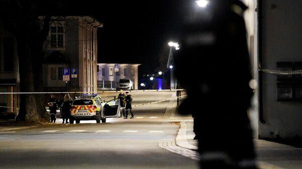 Сотрудники полиции на месте атаки злоумышленника с луком и стрелами в норвежском Конгсберге