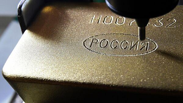 Маркировка слитка золота высшей пробы 99,99 процентов чистоты на Красноярском заводе цветных металлов Красцветмет