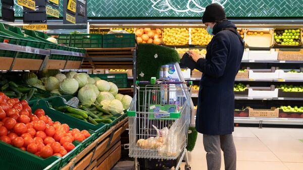 Мужчина в одном из магазинов Перекресток в Москве