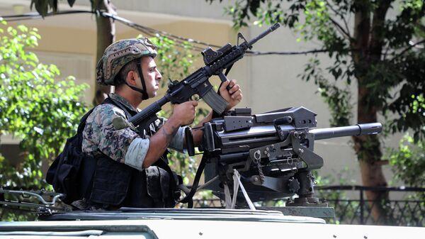 Ливанский военный на месте стрельбы в Бейруте