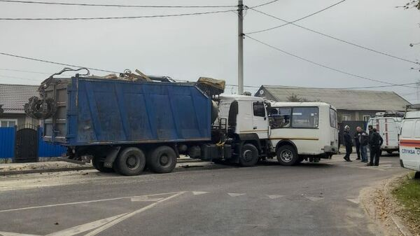 Место столкновения маршрутного автобуса ПАЗ и автомобиля КамАЗ в Воронеже