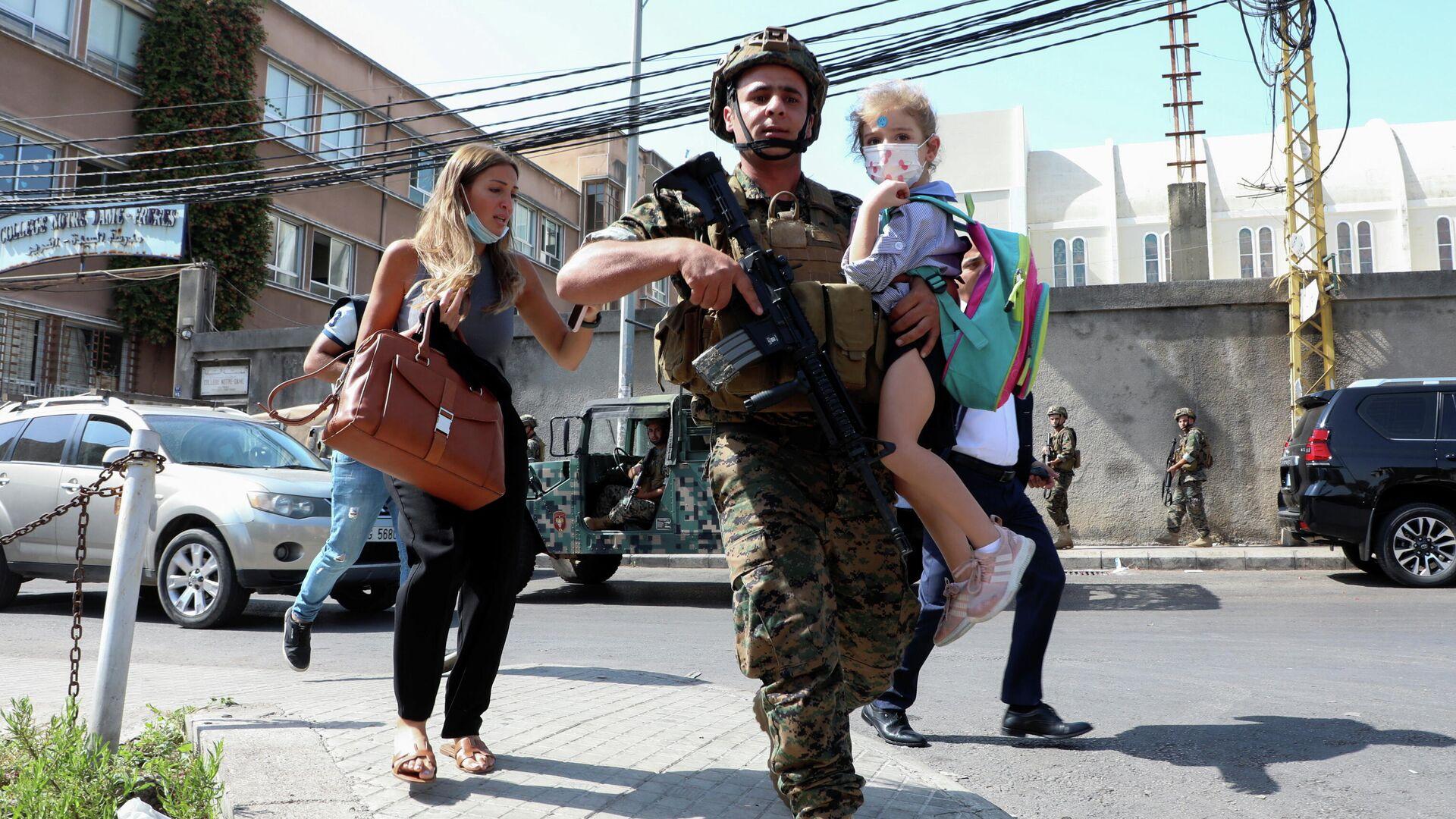 Военнослужащий с ребенком во время перестрелки в Бейруте - РИА Новости, 1920, 14.10.2021
