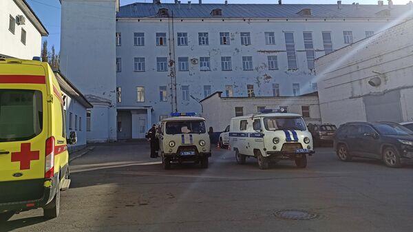 Автомобили полиции у Пермской краевой больницы, где проходит заседание суда по делу Тимура Бекмансурова. 14 октября 2021