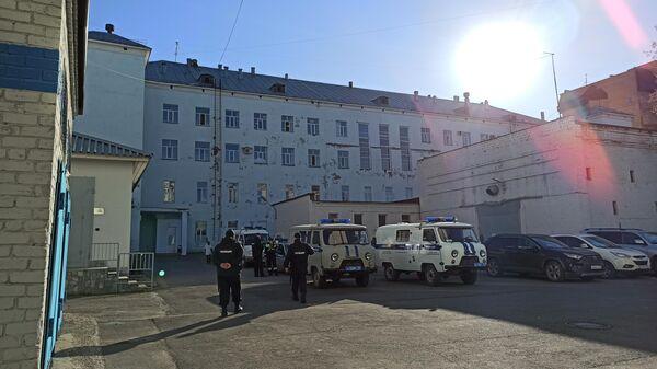 Сотрудники полиции у Пермской краевой больницы, где проходит заседание суда по делу Тимура Бекмансурова